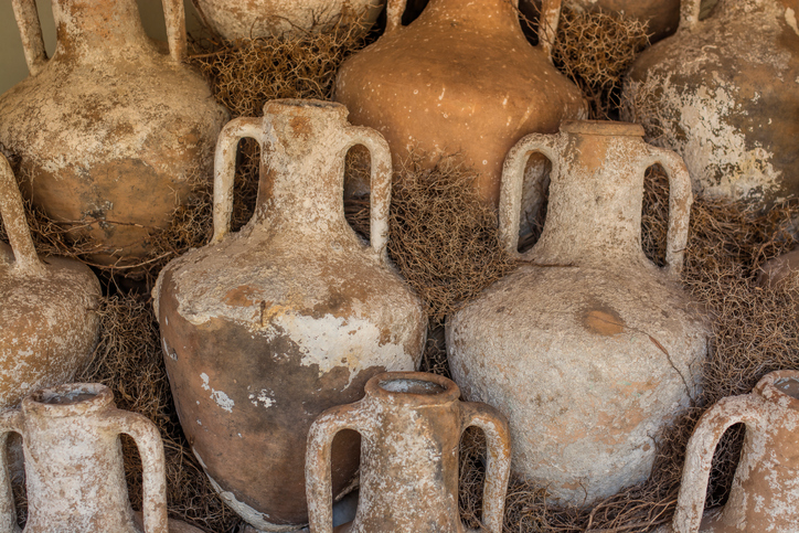 Does the future lie in the past? The reappearance of terracotta amphorae and other egg-shaped vessels