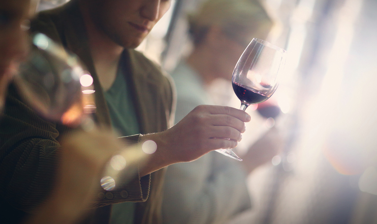 How can you recognise possible defects in wine?